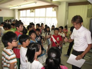 児童の質問に答える鈴木部長
