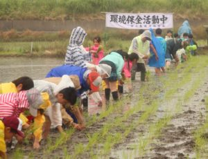 JA 海部東農業協同組合(あまひがし) -稲作体験 もち米の田植え体験に協力
