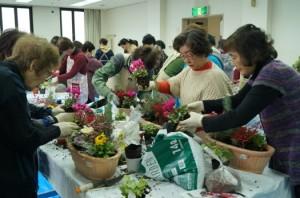 JA 海部東農業協同組合(あまひがし) -お正月用に華やかなアレンジメントを行う