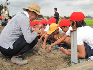 JA 海部東農業協同組合(あまひがし) -小学生が農業体験 美味しくできますように!