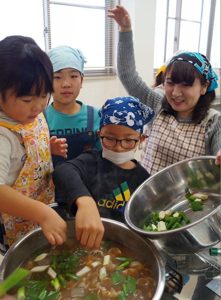 JA 海部東農業協同組合(あまひがし) -子どものうぎょうきょうどうくみあい 親に料理を子どもたちが振る舞う
