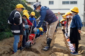 JA 海部東農業協同組合(あまひがし) -大治小学校 農業体験 冬野菜の播種作業
